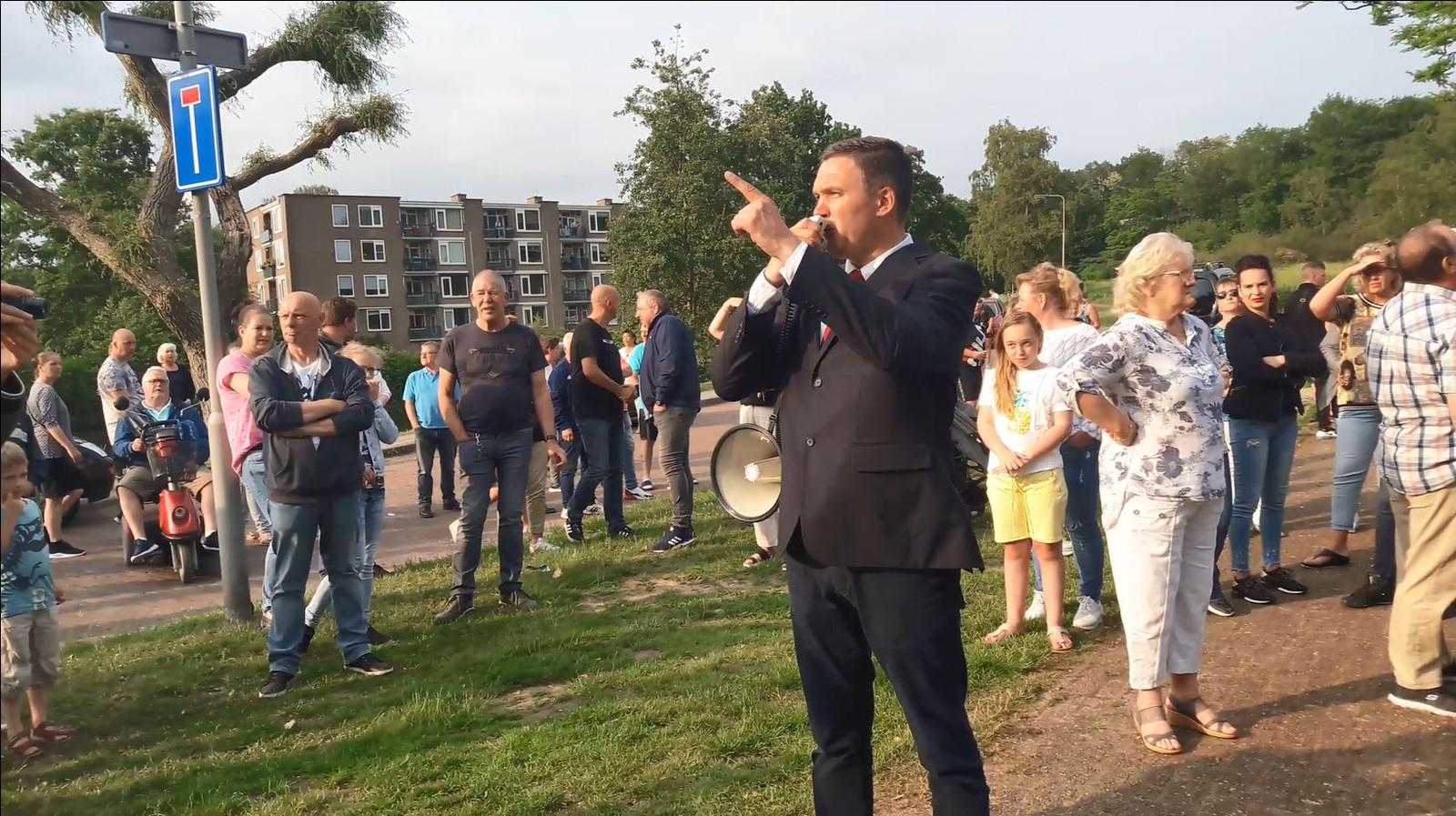 NVU-leider Constant Kusters bij een protest tegen de Paasbergflat.