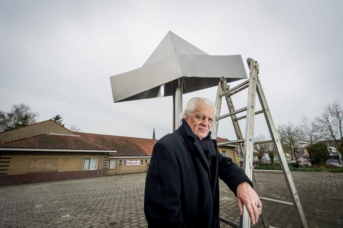 Pier van Dijk bij de onthulling van zijn Feesthoed in 2015.