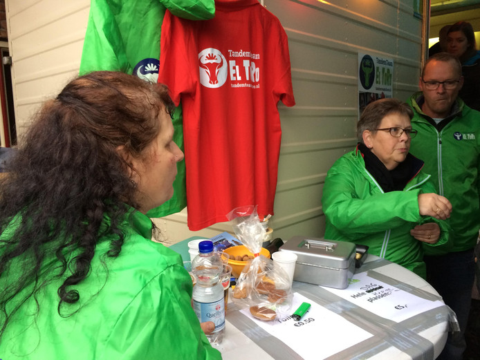 Ouders van paralympisch wielrenner Roel Scheij schrobben wc's op de paardenmarkt in Hedel.