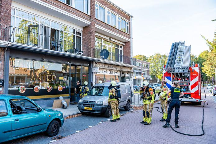 De brandweer is aanwezig bij eethuis Antep.