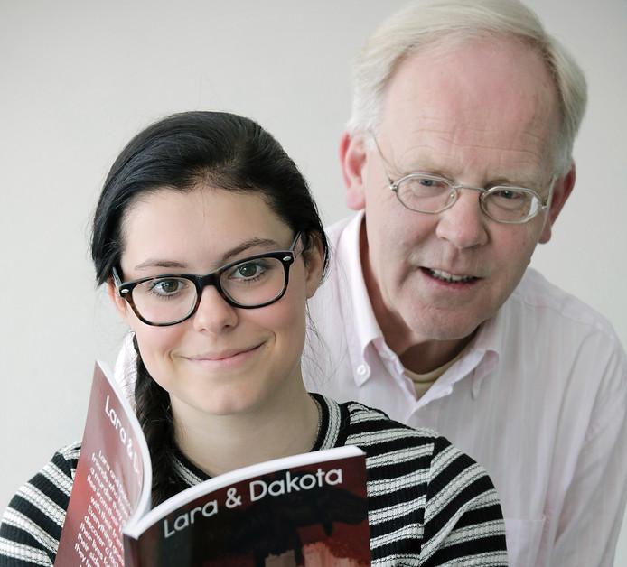 Iris van Groenland en docent Engels Adrie van Schijndel.