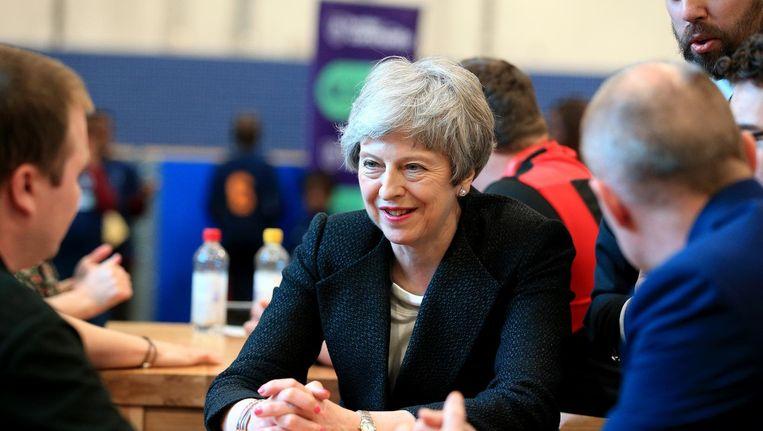De Britse premier Theresa May bezoekt inwoners van Brierfield, Lancashire tijdens de campagne voor de lokale verkiezingen. Beeld anp