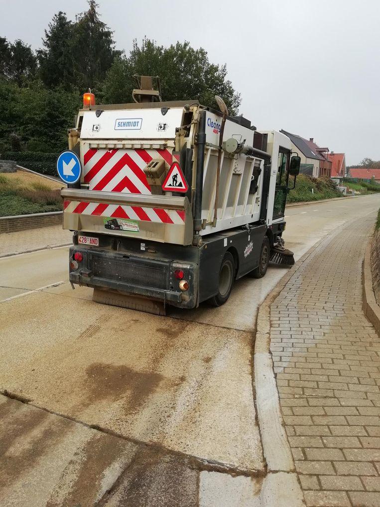 De technische dienst reinigt de straten.