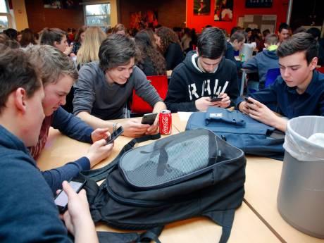 Is het tijd voor een mobieltjesverbod op scholen?