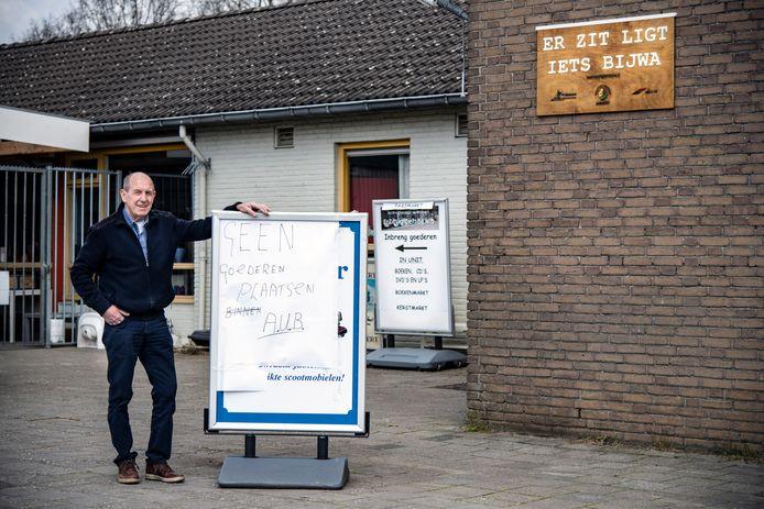 Wiel Bijmans voor de gesloten kringloopwinkel in Ewijk. Mensen laten nog geregeld spullen achter op de stoep.