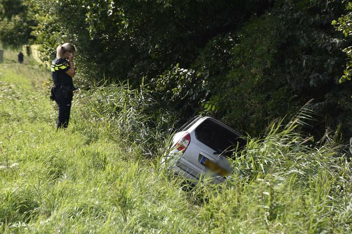De automobilist belandde langs de Doornseweg bij Almkerk in de sloot.