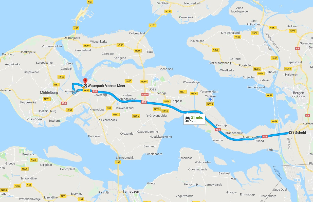 Bij bijna iedereen staat de app van Google Maps -die adviseert door Arnemuiden te rijden-  op de smartphone.