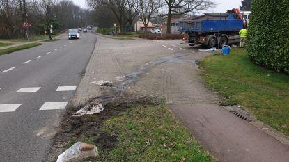 Betonblok veroorzaakt scheur in tank van vrachtwagen: brandweer ruimt mazoutspoor op