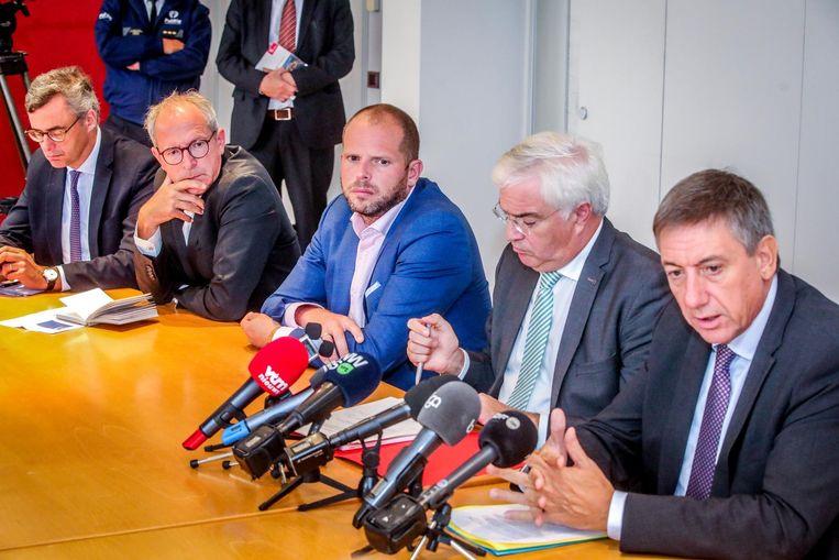 """Theo Francken, de gouverneur en Jan Jambon gingen in september nog op bezoek in Zeebrugge. """"Sinds het vallen van de regering zijn ook de gesprekken met Londen stilgevallen."""""""