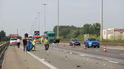 Roemeense familie heeft met caravan klapband op snelweg… en rijdt tegen slakkengangetje verder met reservewiel