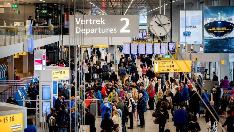 De vertrekhal op de Nederlandse luchthaven Schiphol.