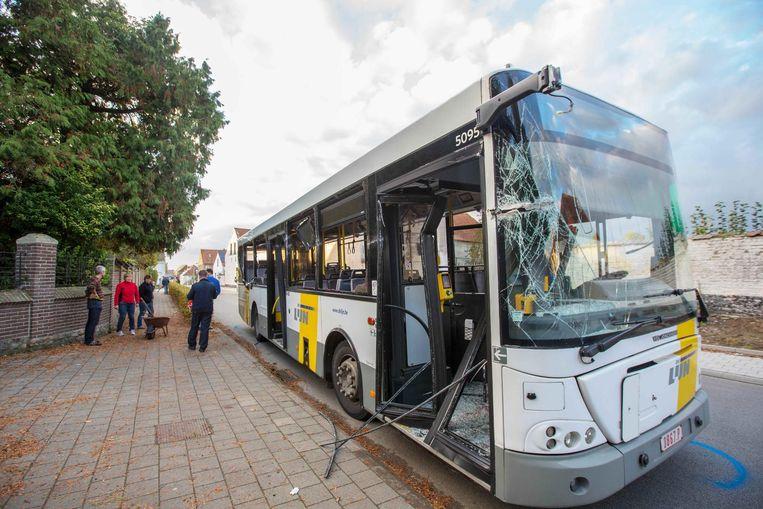 De schade aan de bus is enorm. Hier ziet u hoe de voorruit en de dubbele deur vooraan geraakt werden.