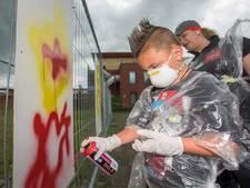 Bewoners Vliedberg in Vlijmen fleuren braakliggend stuk in de wijk op met graffiti