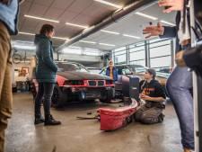 Vmbo'ers en vwo'ers sleutelen in Arnhem samen aan een raceauto