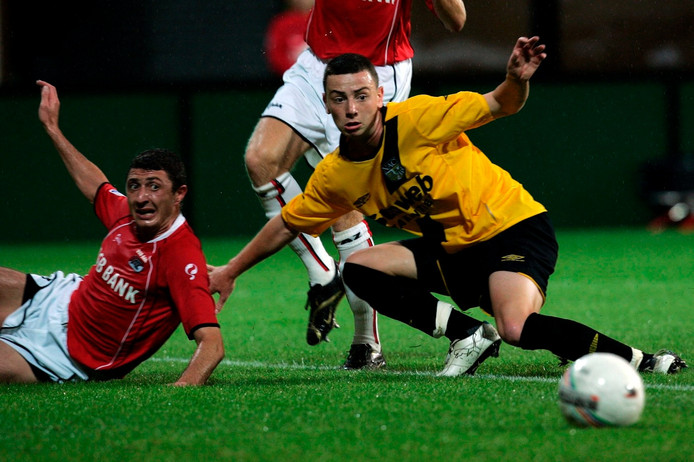 Augustus 2006: Aykut Demir namens NAC in duel met Shota Arveladze AZ).