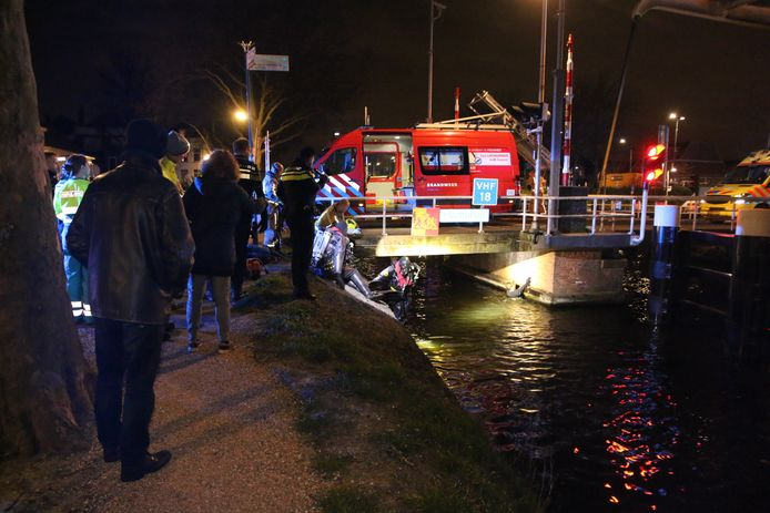 De man lag onder de Hambrug in Delft.