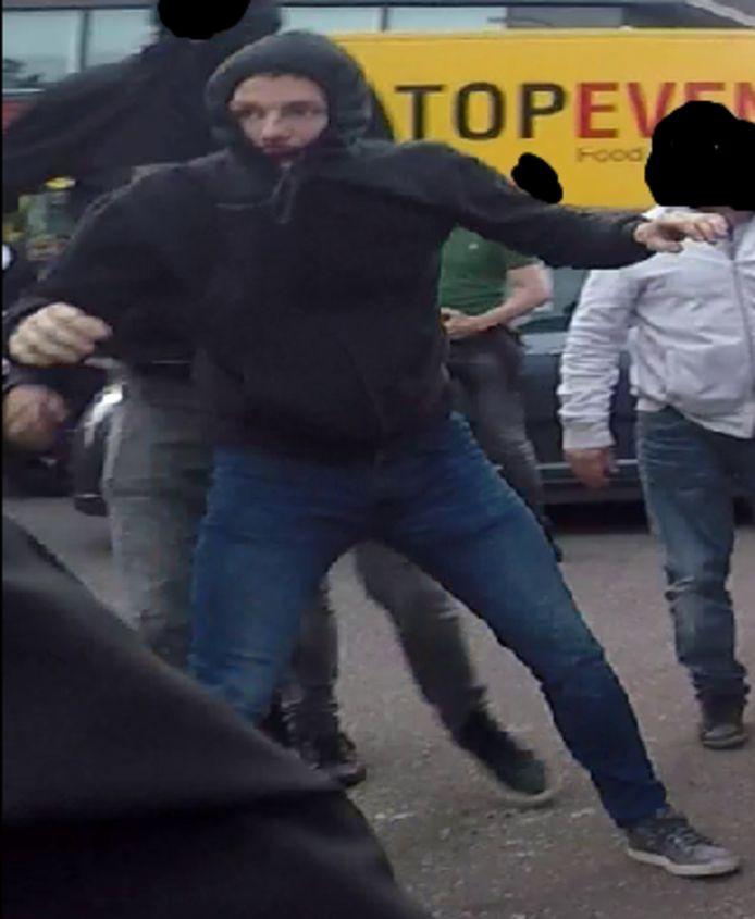 De relschoppers na de wedstrijd FC Den Bosch-Go Ahead Eagles. De politie maakten de beelden openbaar in de hoop dat de verdachten van de rellen zich melden.