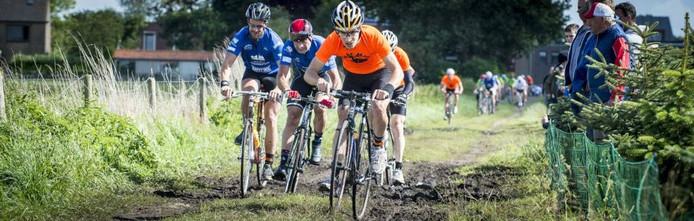 Het is hard trappen op de Koolbaan: hier staat een felle tegenwind de wielrenners een gemakkelijke wedstrijd in de weg. foto Tonny Presser/Pix4Profs