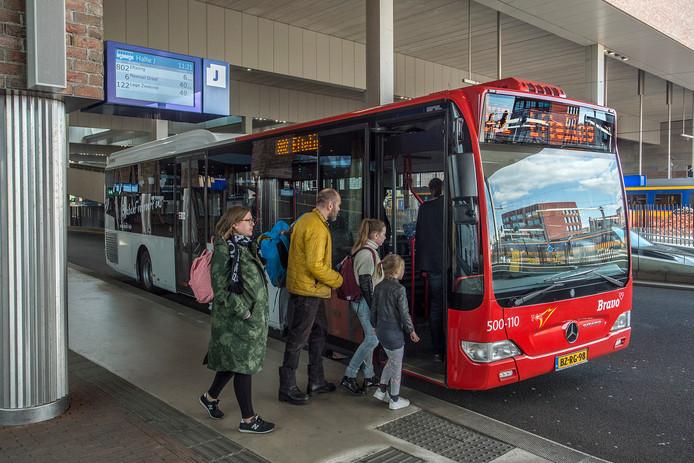 Passagiers stappen op de bus op het NS-station Breda Centraal. Na 9 december kan dat op zondag niet meer voor wie naar Bavel wil.