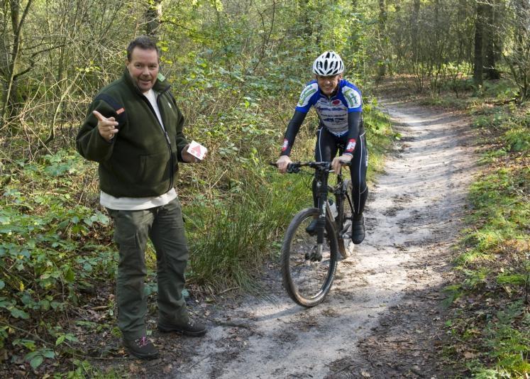 """Nico Arkes van Staatsbosbeheer (links) en Johan Endeman, voorzitter van Cycling Lemelerveld, zijn blij dat de MTB-route in Ommen nu bijna af is. """"Op 1 november kun je er fietsen"""", denkt Endeman. foto FFU Press Agency"""