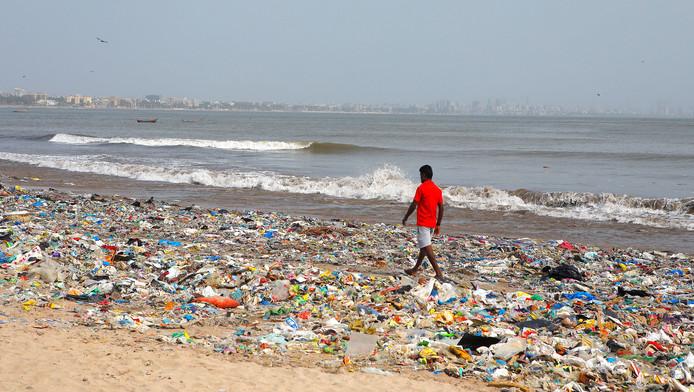 Une plage de plastique à Bombay, en Inde.