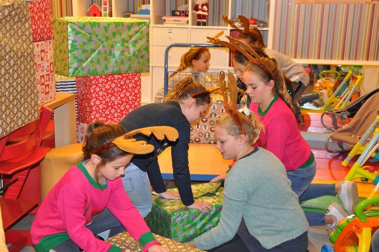 De leerlingen van Elke met hun dozen vol speelgoed.