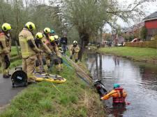 Brandweer rukt massaal uit voor scooter in de sloot in Nieuw-Lekkerland