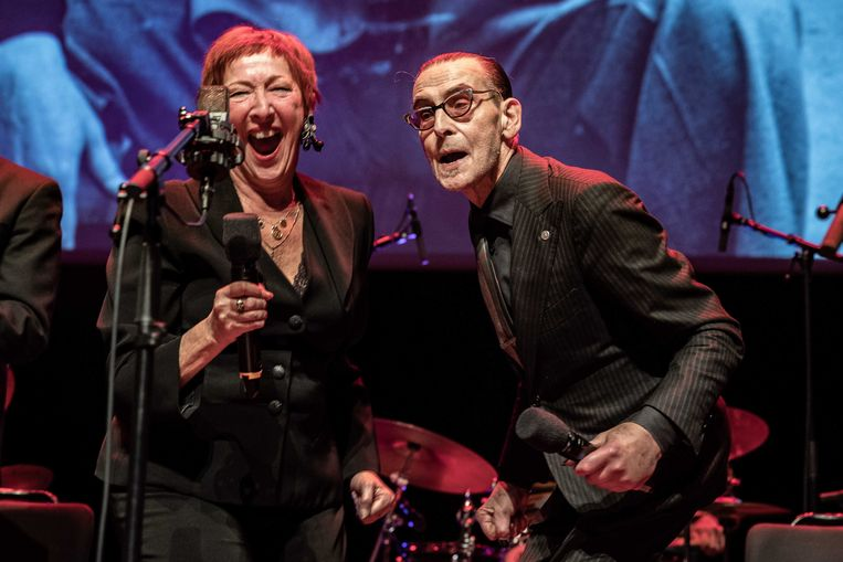 Op zijn 75ste verjaardag trad Jules Deelder nog samen met zangeres Loes Luca op in de Doelen.