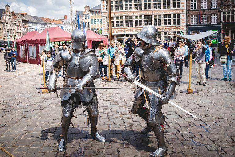 Ridders in harnas gewapend met een zwaard namen het tegen elkaar op in het Middeleeuws kampement.