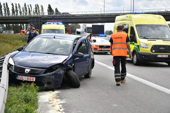 De auto belandde tegen de vangrail.