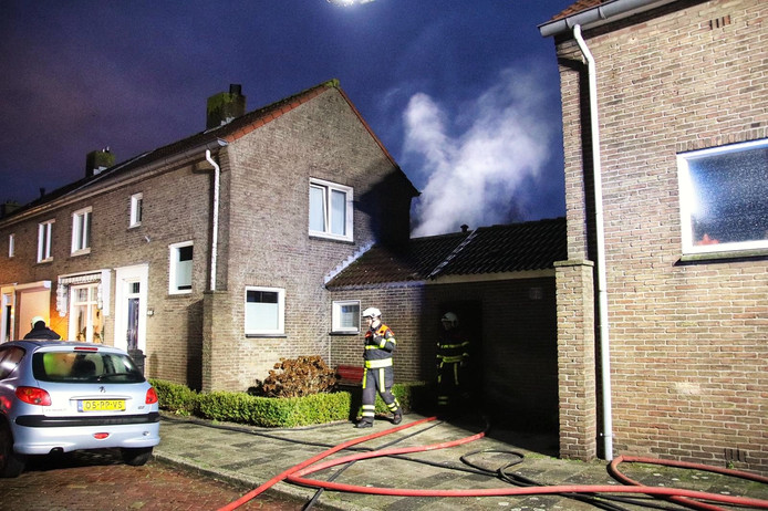 Brandweer bij de brand in Halsteren.
