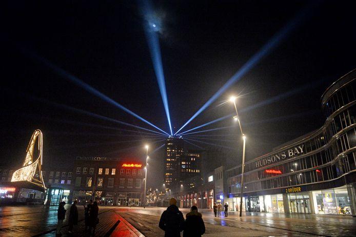 De lichtshow straalt op oudejaarsavond vanaf de Alphatoren over een bijna verlaten binnenstad van Enschede.
