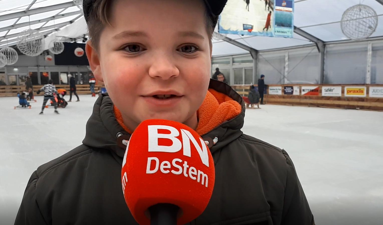 Damian heeft het naar zijn zin bij de ijsbaan op de Markt in Roosendaal