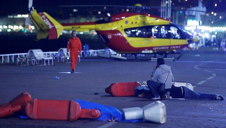Een traumahelikopter is geland op de boulevard van Nice. Beeld Reuters