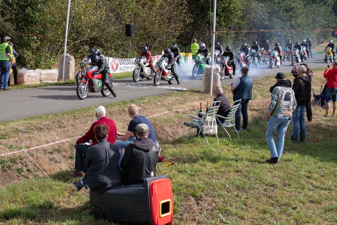 Racen met oude motoren met start en finish op het Westenwold in Basse, Steenwijk.