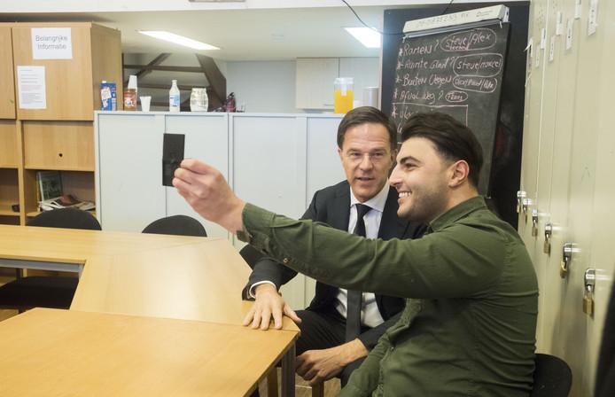 Premier Mark Rutte met vlogger Ugur Zevfi, alias Oer.