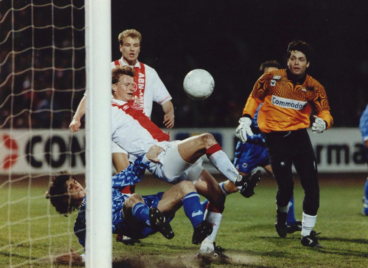Bruno Martini ziet als doelman van Auxerre dat Stefan Petterson namens Ajax bijna scoort in 1993.