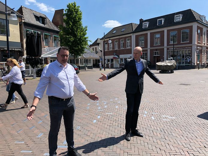Danny Kuijpers vertelt aan Tweede Kamerlid Daniël Koerhuis welke maatregelen hij in zijn tapasbar en restaurant  Tante Annie's heeft genomen.