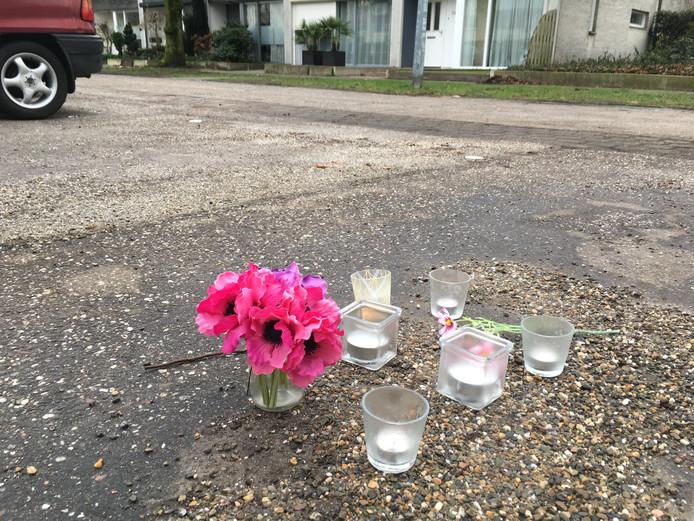 Kaarsen en bloemen op de plek waar Hakan Zatsan in Oss werd doodgeschoten.