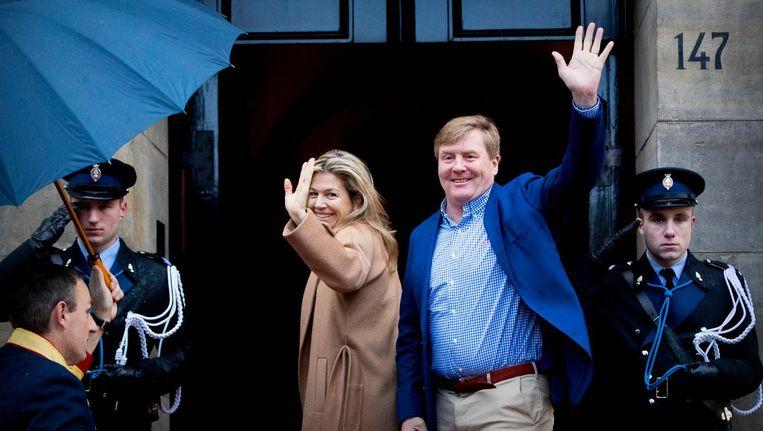 Koning Willem-Alexander en koningin Maxima komen aan bij het Koninklijk Paleis. Beeld anp