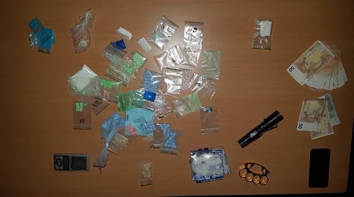 Het door de politie gevonden geld en drugs in de woning aan de Zanderskamp in Doesburg.