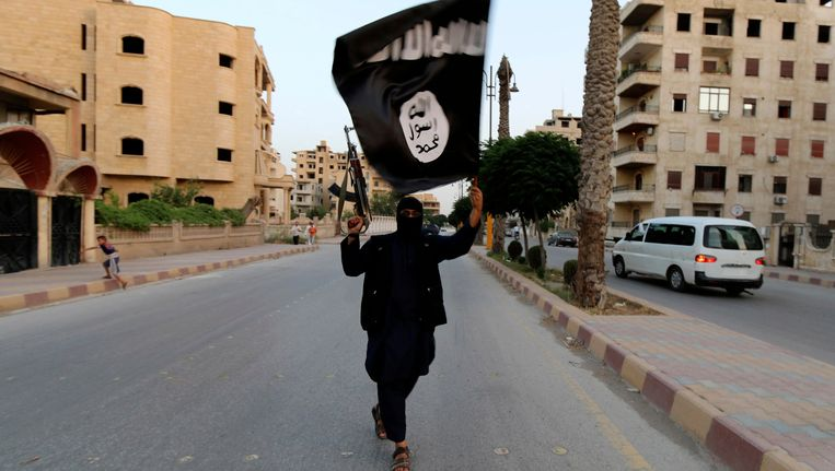 Een aanhanger van IS in Raqqa, de hoofdstad van het kalifaat. Beeld reuters