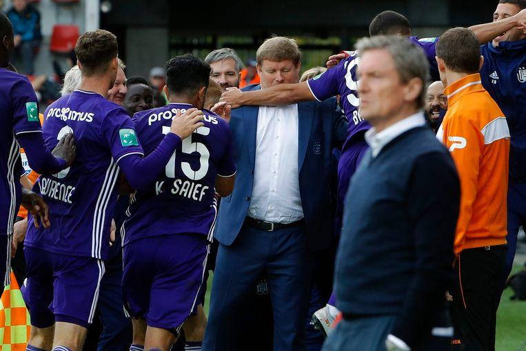 De spelers van paars-wit vierden de goals met Hein Vanhaezebrouck.