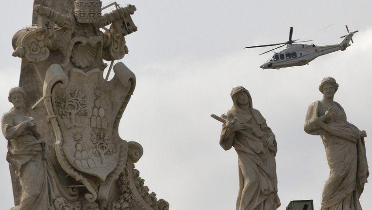 Paus Franciscus per helikopter op weg naar Castel Gandolfo. Beeld epa