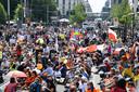 Duizenden demonstranten tegen het Duitse coronabeleid zijn neergestreken op straat.