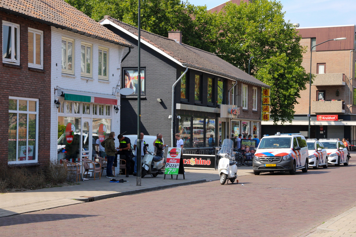 Bij de pizzeria aan het Hofveld in werd zaterdag een man neergestoken.