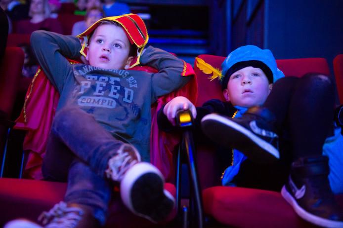 Pietencircus in de Bussel Oosterhout. Deze 2 jongens kijken in een relaxte houding naar de voorstelling.