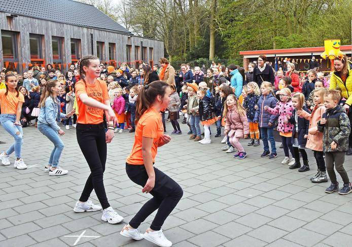 De hele Willibrordusschool danst de Pasapas op het schoolplein.