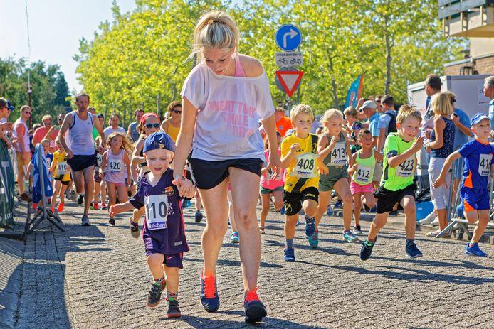 Kidsloop tijdens de 30ste editie van de dorpsloop in Teteringen. Bij je moeder aan de hand, of alleen op volle snelheid uit de startblokken.