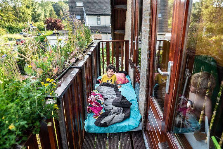 Samuel Rutten uit Rockanje slaapt al enkele dagen op het balkon door de aanhoudende hittegolf. Beeld Simon Lenskens